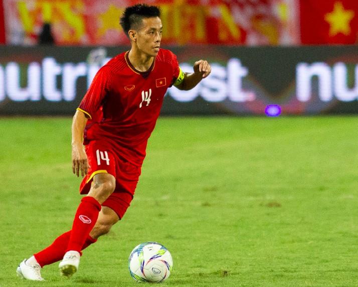 Hình chụp cầu thủ Nguyễn Văn Quyết chơi bóng